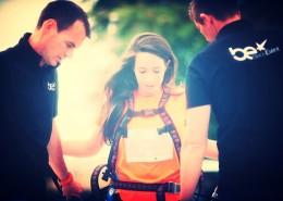 Préparation d'une jeune fille pour une éjection avec bungee ejector