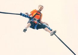 Ejection d'une jeune fille avec bungee ejection