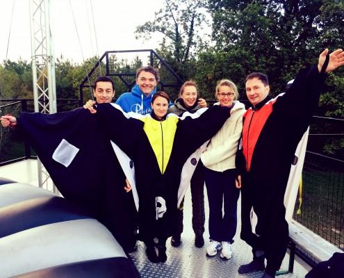 Des participants au simulateur de chute libre