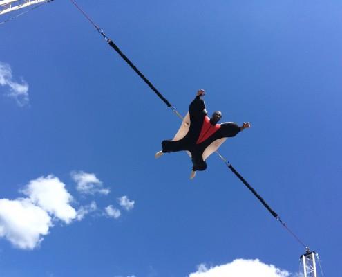 un homme vole grace au simulateur de chute libre