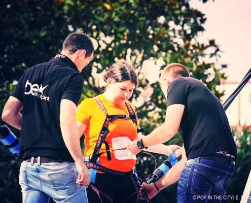 Préparation d'une jeune fille pour un saut avec le bungee ejector