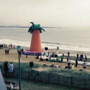 Terrain de foot gonflable sur la plage