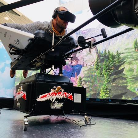 Simulateur de wingsuit sur vérin et casque en réalité virtuelle